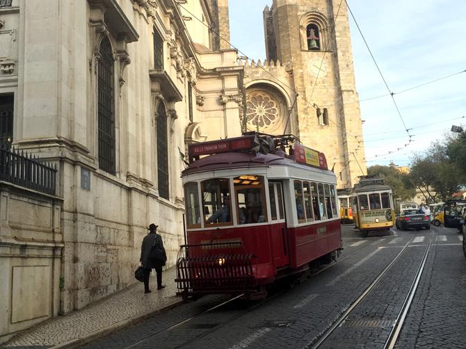 Vieux tramways de Lisbonne qui circulent dans les rues étroites.