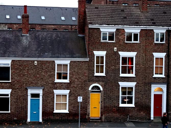 Portes colorées sur maisons typiquement anglaises à York.