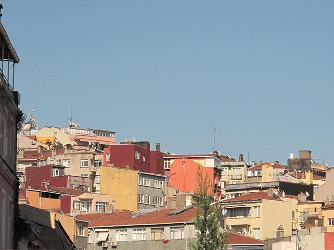 Le ciel bleu, l'architecture colorée.