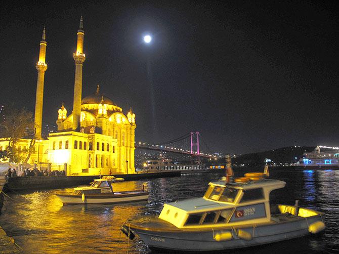 La mosquée d'Ortaköy, de nuit. J'habite dans ce quartier.