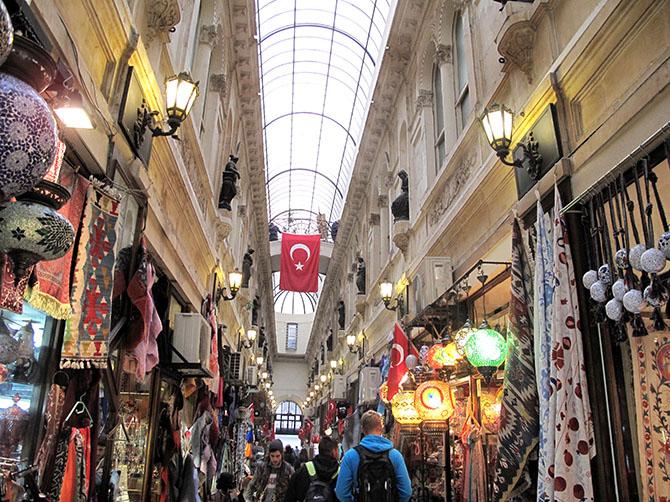 Un des passages perpendiculaire à Istiklal Caddesi.