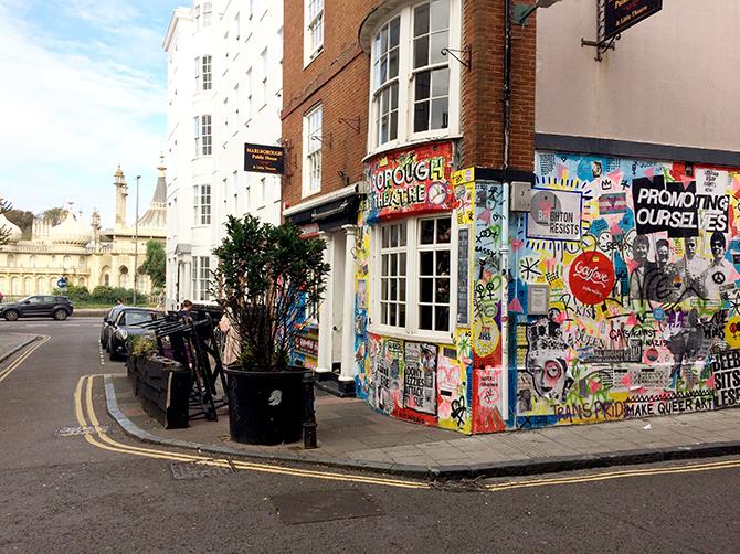 Brighton. Contraste entre le Royal Pavilion et un bar de rue.