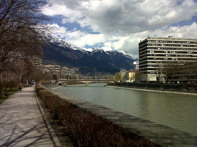 Des pistes cyclables longent tout le long de l'Inn, rivière qui traverse Innsbruck. A droite, il y a la partie récente de la faculté de droit. A mon arrivée, j'ai été étonnée par la couleur de l'Inn, un bleu très pur et très clair. A la fin de l'hiver, la neige des montagnes fond et éclaircit l'eau de la rivière.